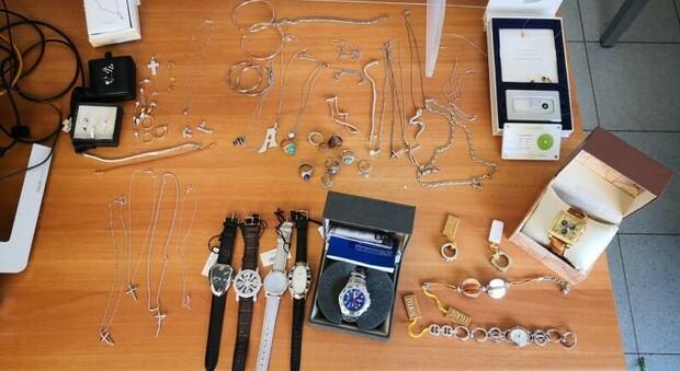 Gli orologi e oggetti preziosi sequestrati dalle Fiamme Gialle a Formia