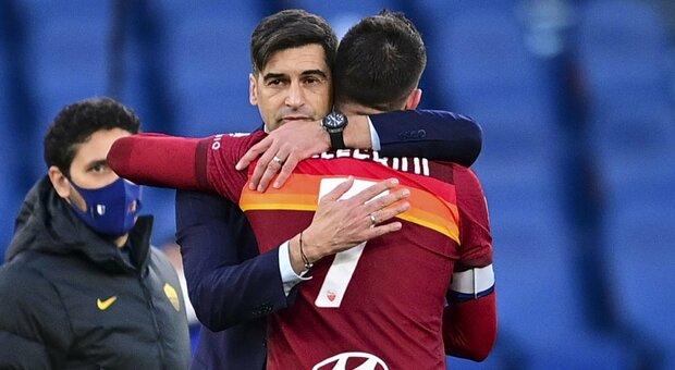 L'abbraccio tra Fonseca e Pellegrini dopo il gol al 93'