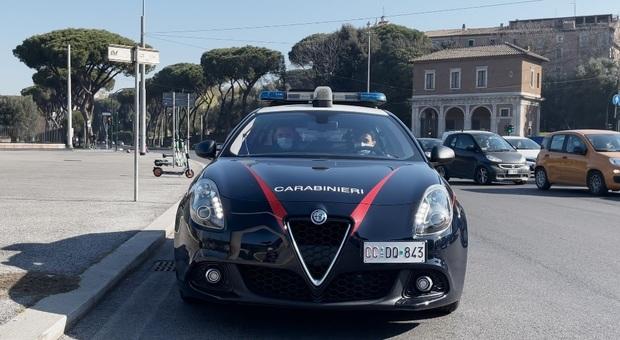 Roma, calci e pugni alla compagna 23enne e poi la sequestra in casa: arrestato