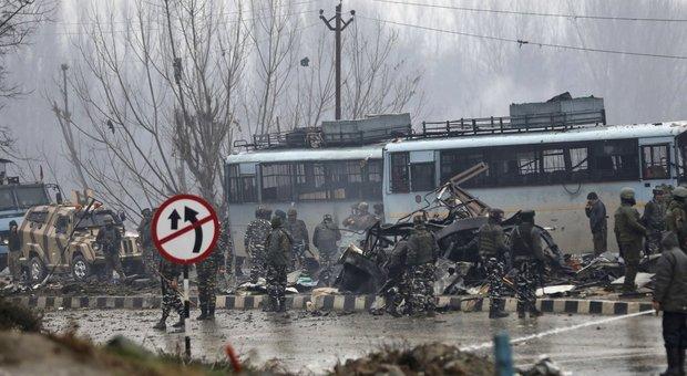 India, riesplode il Kashmir: autobomba uccide quaranta militari