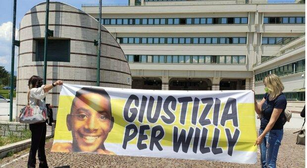 Willy, il comandante dei carabinieri: «Colpito come se fosse stato un pallone». La mamma esce dall'aula