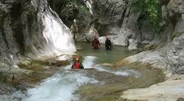 Gole del Salinello, cade saltando tra due rocce: frattura del bacino per un 56enne
