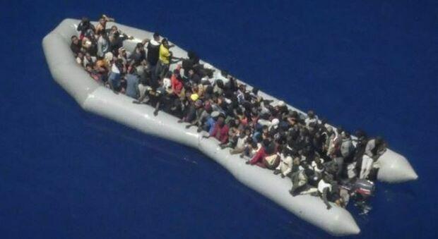 Migranti, gommone in avaria con 120 a bordo. Appello di Alarm Phone: «Salvateli»