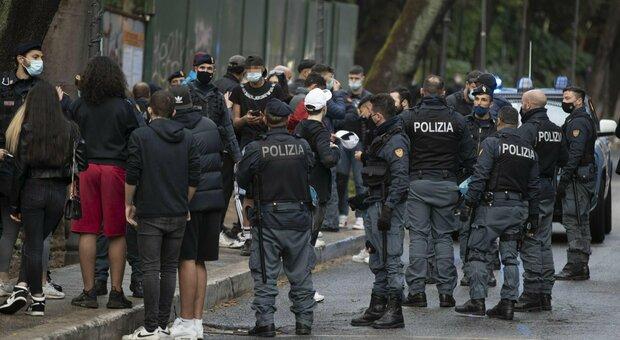 Roma, un ferito nella rissa fra 20 ragazzi a Villa Borghese: alcuni giovani fermati dalla polizia, sfida via social
