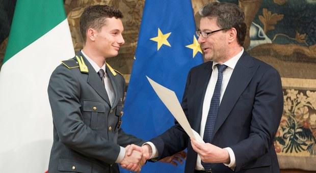 Filippo Tortu con il sottosegretario alla presidenza del Consiglio Giancarlo Giorgetti