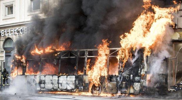 Roma a piedi, corse in fumo: Atac, corse crollate, riecco i bus d annata
