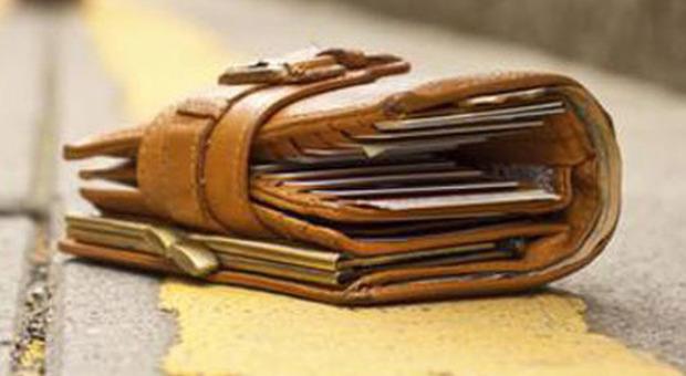 Trovano un portafogli con 20mila euro: due 14enni rintracciano il proprietario e glielo restituiscono