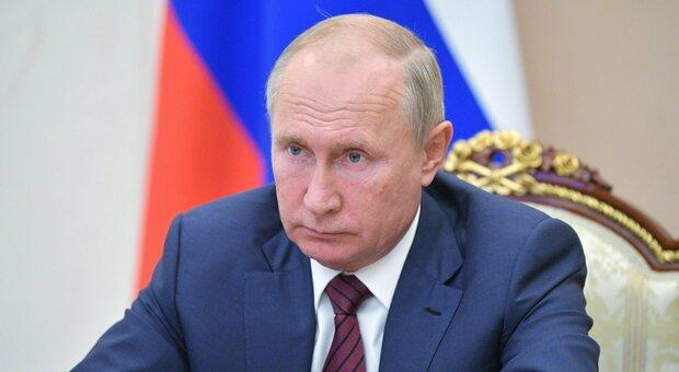 Putin, giallo sulla sua salute: avrebbe il Parkinson, pronte le dimissioni. Ma il Cremlino: «Sta bene»