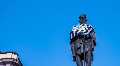 Napoli, statua di Garibaldi vestita con la maglia della Juventus: «Era bianconero»