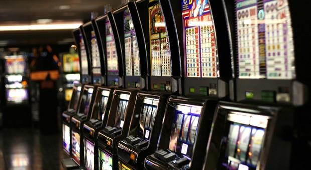 Roma capitale del gioco d'azzardo, Raggi firma l'ordinanza anti-slot: limiti orari anche nei giorni festivi