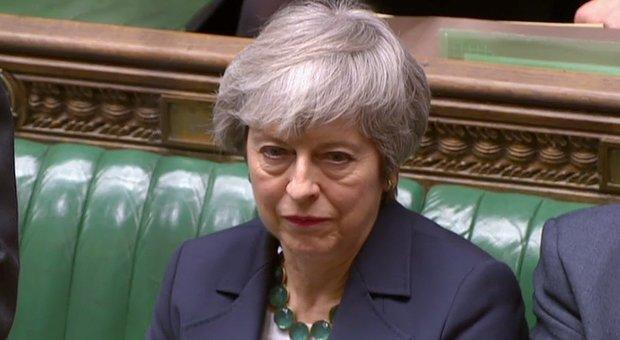 Brexit caos, bocciato anche il no-deal. May:
