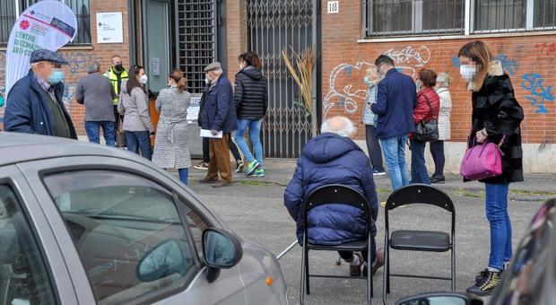 Ferrara, anziano percorre 2 chilometri a piedi con il deambulatore per fare il vaccino anti Covid: «Sono solo»