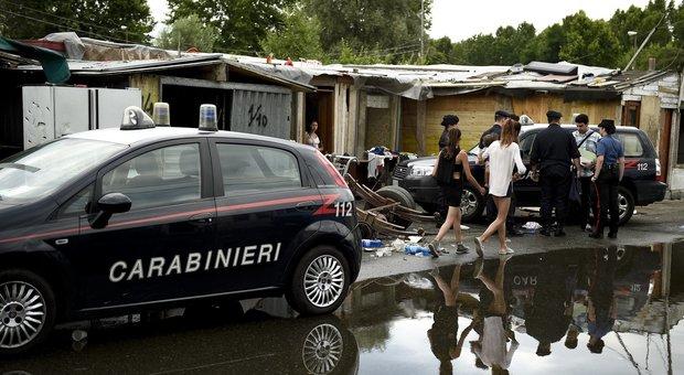 Torino, maxi blitz nel campo nomadi: perquisizioni e arresti per roghi tossici, furti e ricettazione