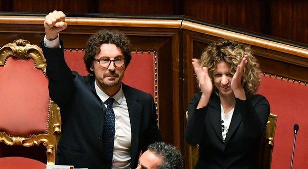 Bagarre al Senato/ Quel pugno vuoto di Toninelli in aula