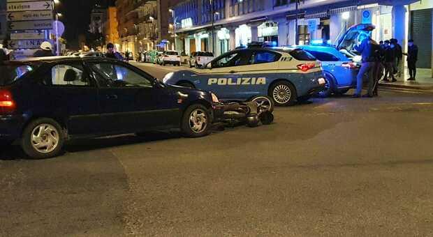 Incidente in centro a Latina, auto contro scooter: feriti due ragazzi