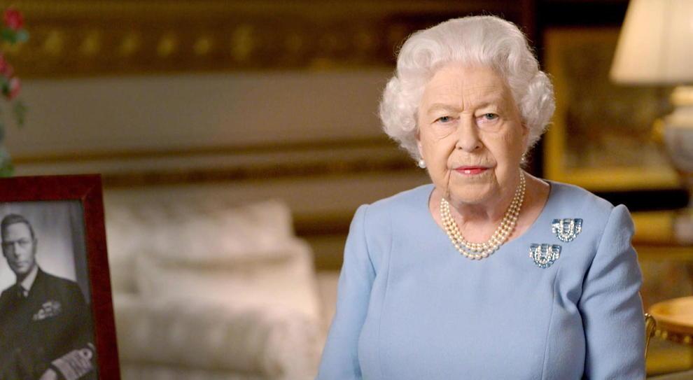 Virus, la Regina Elisabetta sparirà per mesi. Johnson ai britannici: «Basta stare a casa»