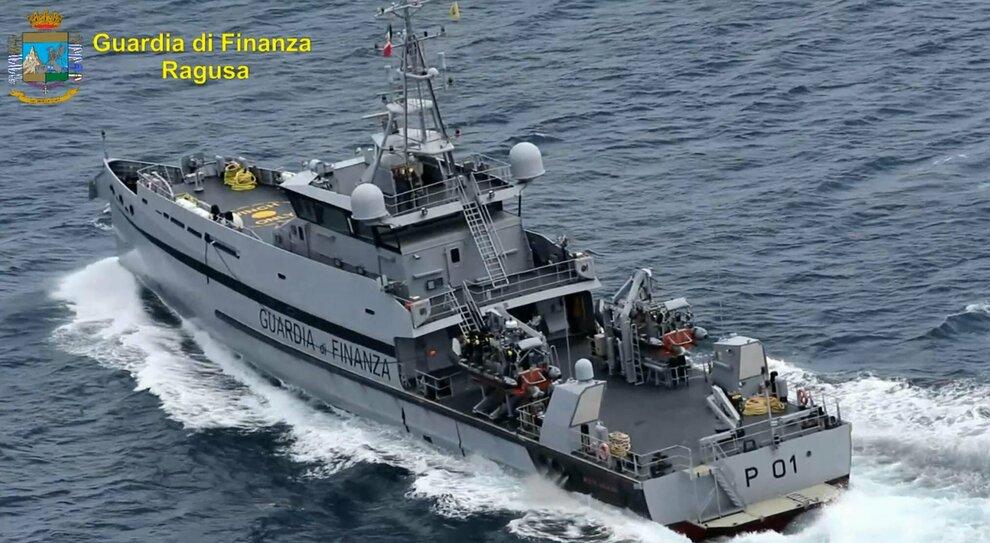 Migranti, l'affare (sospetto) della Ong. «Soldi per salvare i naufraghi»