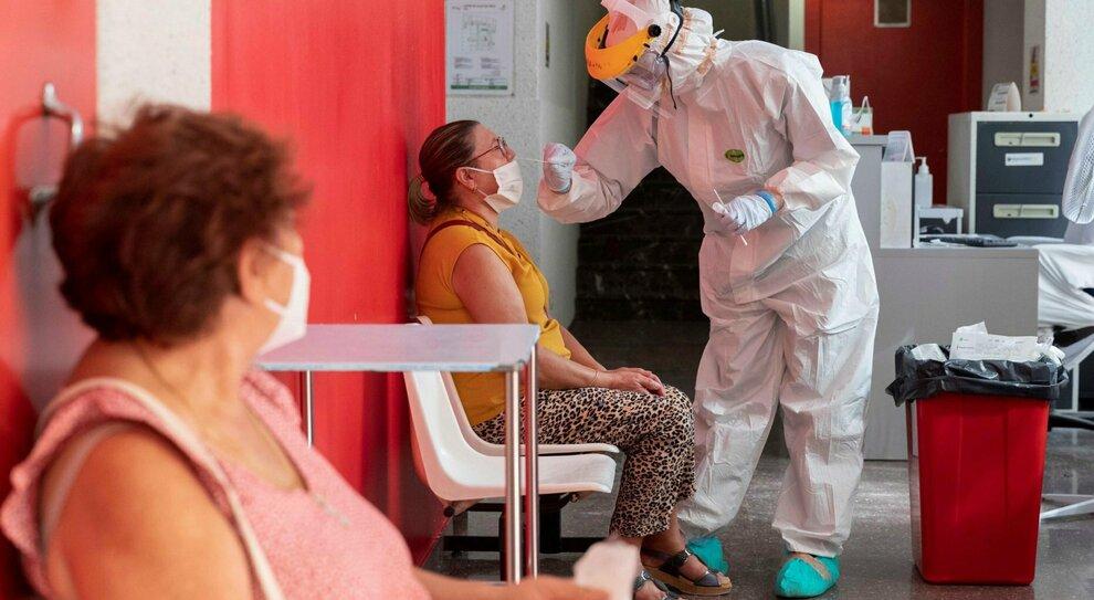 Covid, dai vaccini alla temperatura e agli anticorpi monoclonali: ecco perché «dobbiamo resistere altri sei mesi»