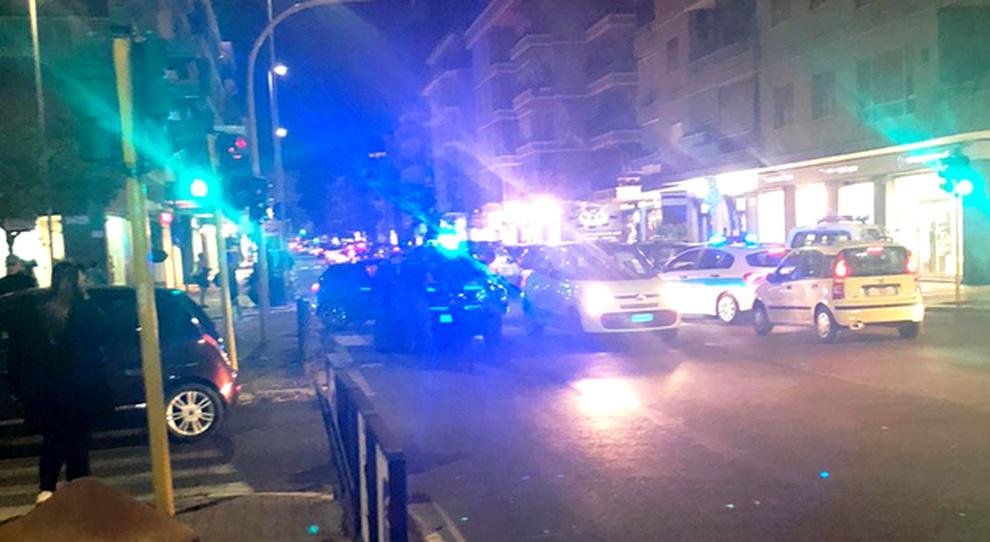 Auto in fuga sperona la volante: Far West a Ostia, tre agenti feriti