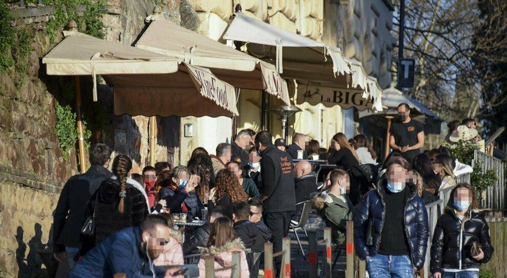 Covid Roma, micro-zone rosse contro le varianti: «Ma il Lazio resti in giallo»