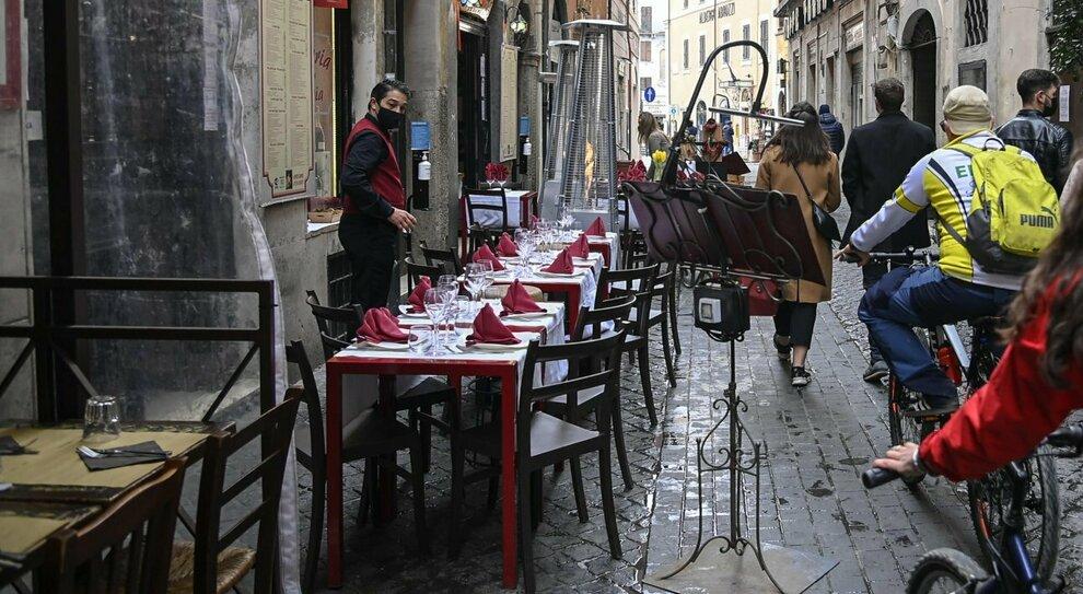 Roma, cena al ristorante con il passaporto vaccinale: con la green card il piano per locali e palestre