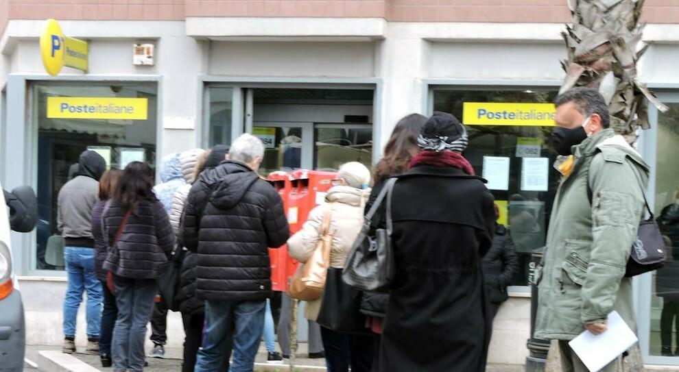 Pensioni, pagamento di aprile già dal 26 marzo: nuovo calendario di Poste, come incassare l'assegno