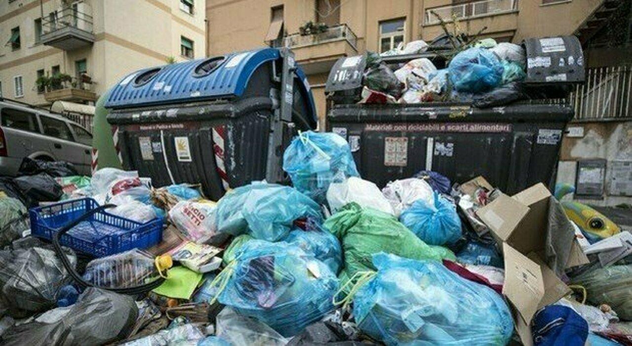 Rifiuti a Roma, strade invase dalla Balduina al Casilino: «Altri 15 giorni di disagi»
