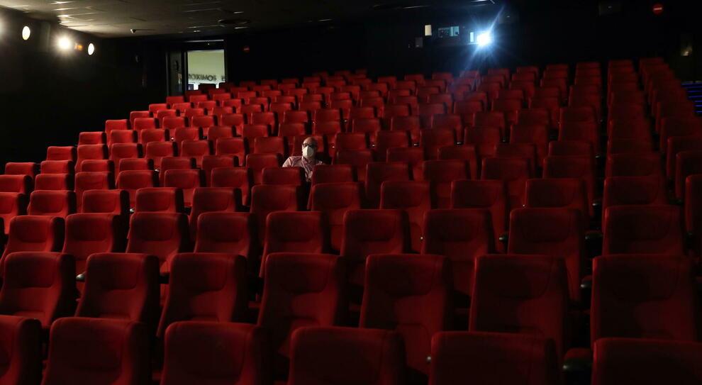 Covid, i dimenticati/ Teatro& Cinema: «Sale vuote e zero aiuti», stavolta lo spettacolo non può andare avanti