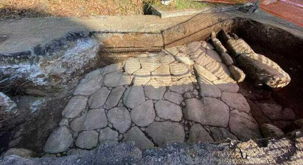L'antica via Latina riaffiora a Roma durante scavi per il gas. Soprintendenza: «Si vedono i solchi dei carri»