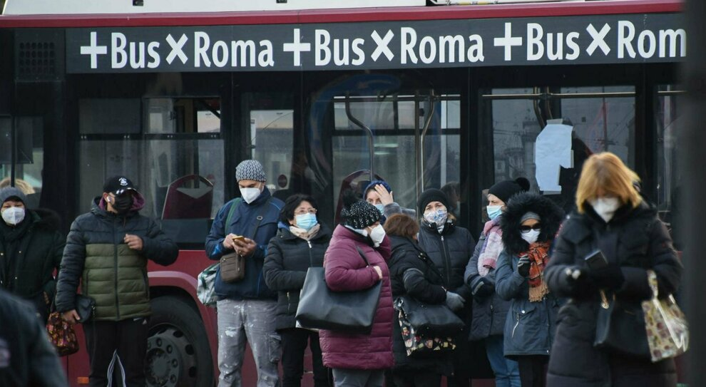 Roma, la resa di Atac: «Non prendete gli autobus durante le ore di punta»