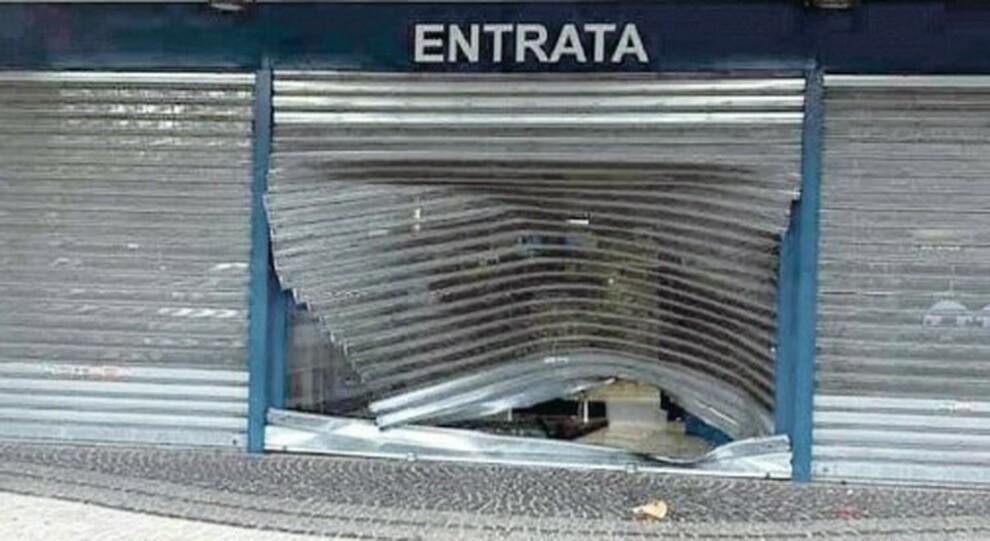 Roma, la banda del coprifuoco: boom di furti nei negozi dopo le 22. «Saracinesche abbattute con l auto-ariete»
