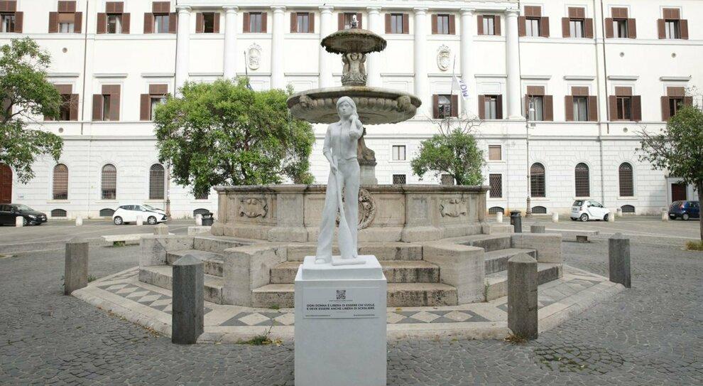"""Roma, a Trastevere spunta la statua della """"Donna con l'aspirapolvere"""": l'installazione fa discutere"""