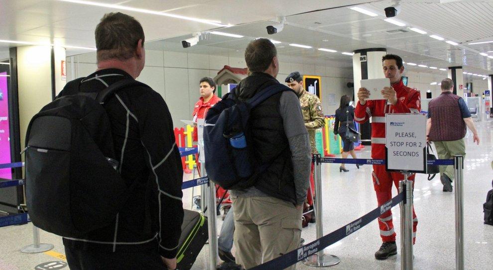 Virus, controlli sui voli nazionali: misurare la febbre a tutti i passeggeri. Aerei per la Cina, verso l ok