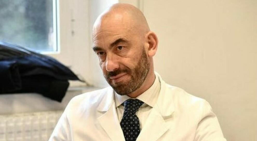 Vaccini, Bassetti minacciato di morte dai no-vax sui social: l'infettivologo scortato sotto casa e in ospedale