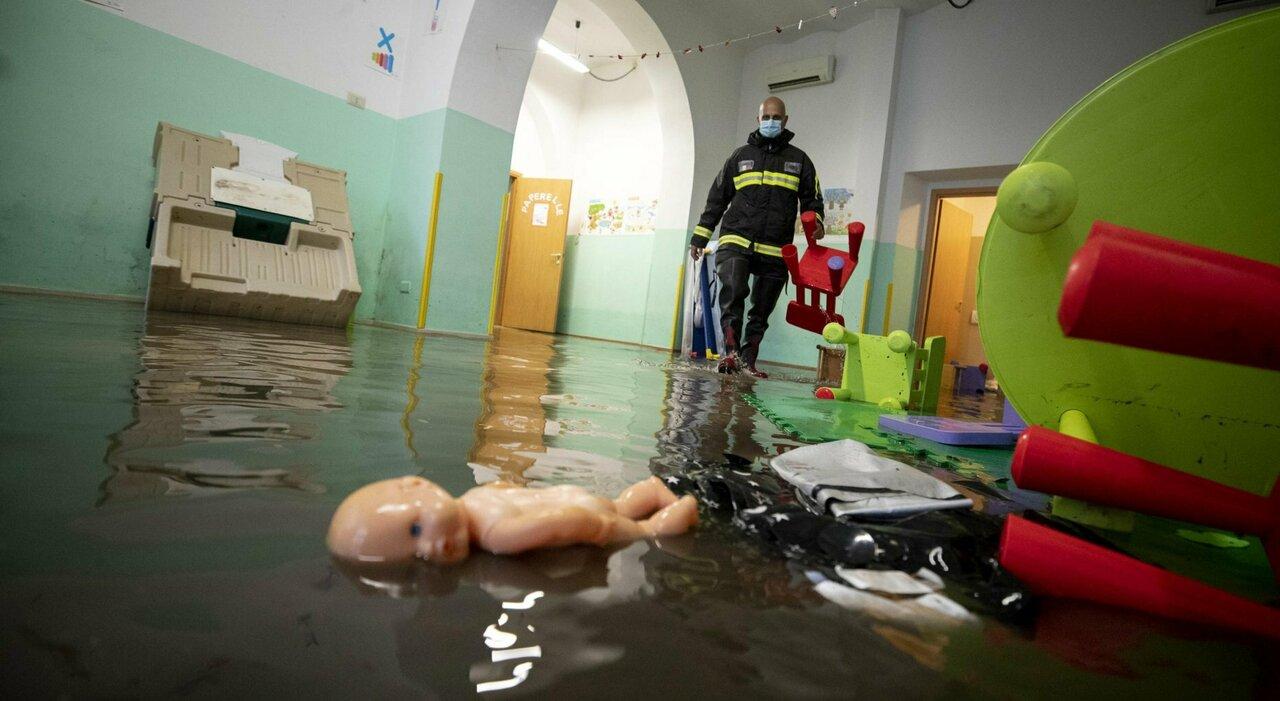 Asilo nido allagato a Roma, salvati 26 bambini: «Potevano morire»