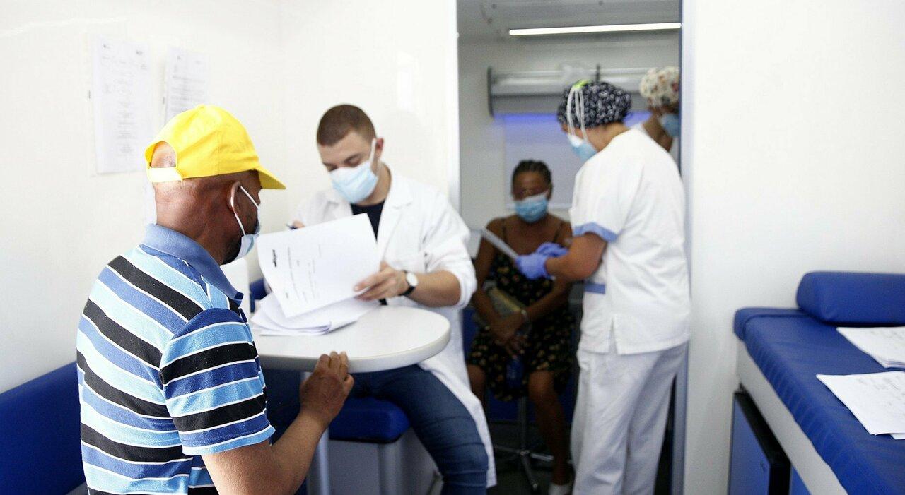 Vaccini Lazio, cambiano i richiami dopo l'attacco hacker: c è un documento in più da portare