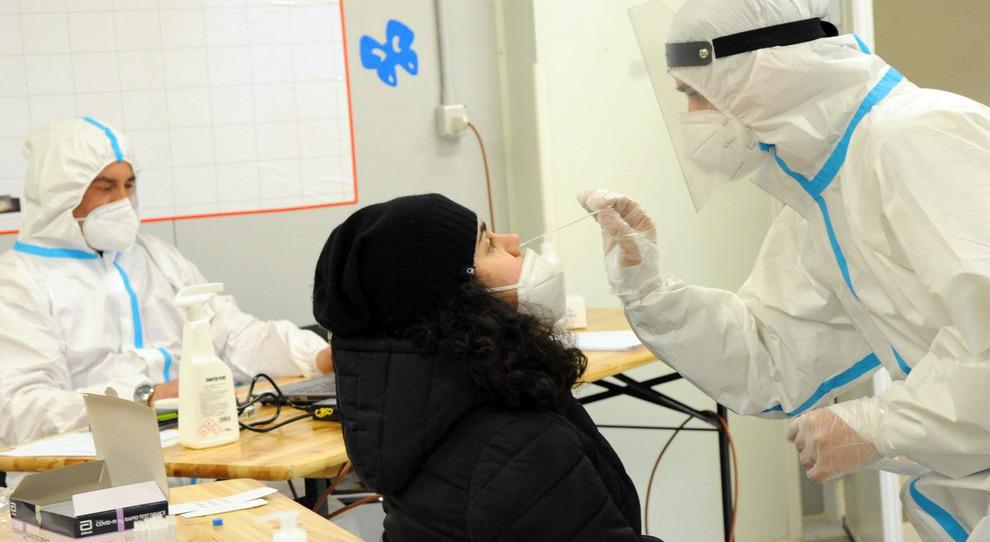 Covid Italia, il virus continua a correre: nel 2021 tasso di positività sempre oltre l'11%. Un contagiato ogni 10 tamponi