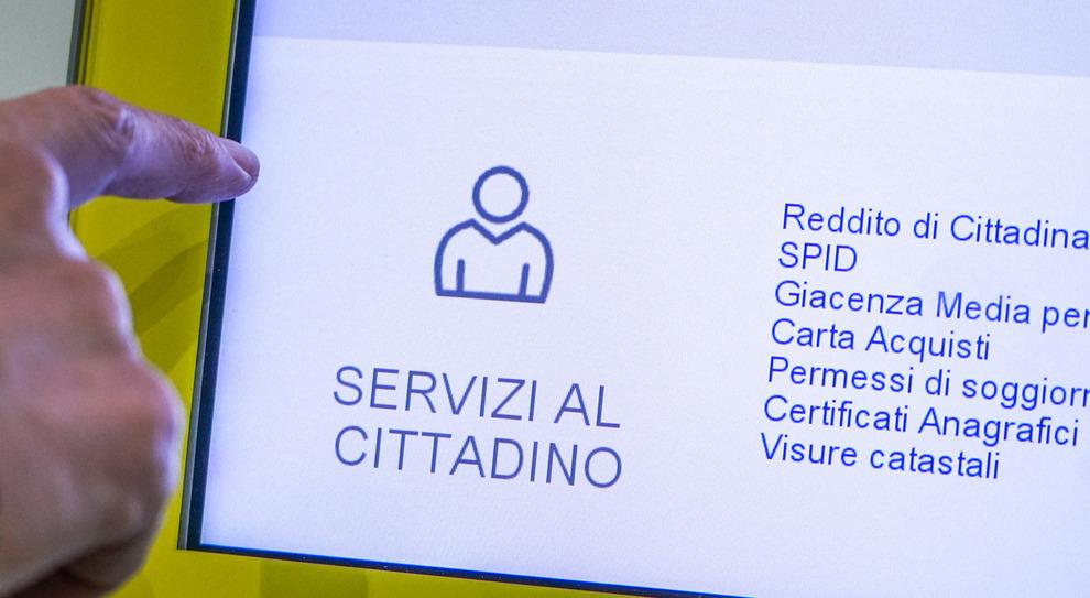 Vanno alle Poste con la card per riscuotere il reddito di cittadinanza, ma nessuno dei 23 romeni ne aveva diritto