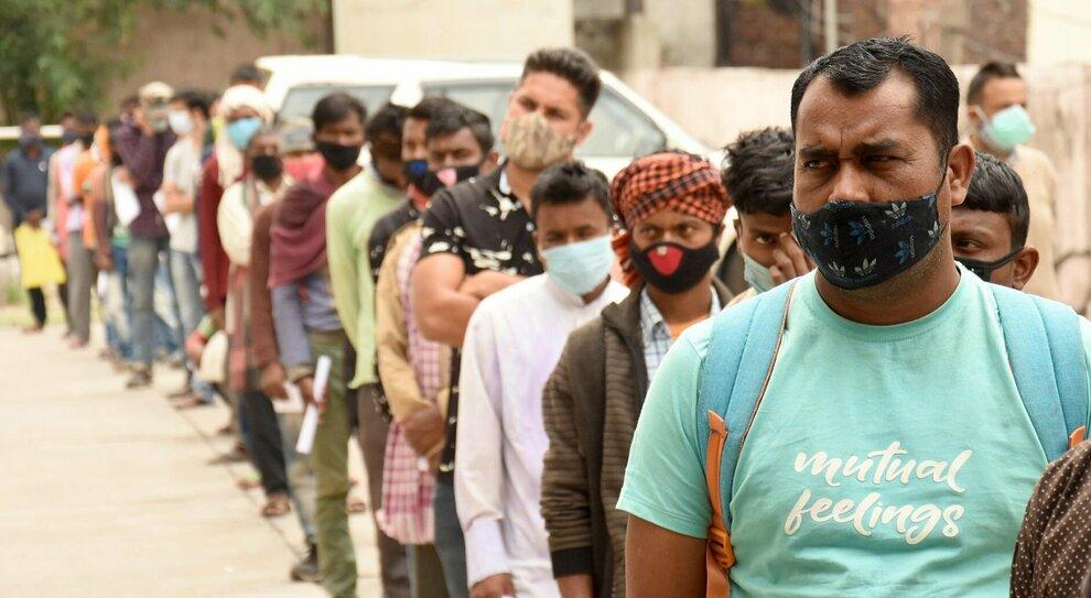 Covid, India al collasso: poche vaccinazioni e boom di casi dopo i bagni nel Gange. In una settimana 1,6 milioni di contagi