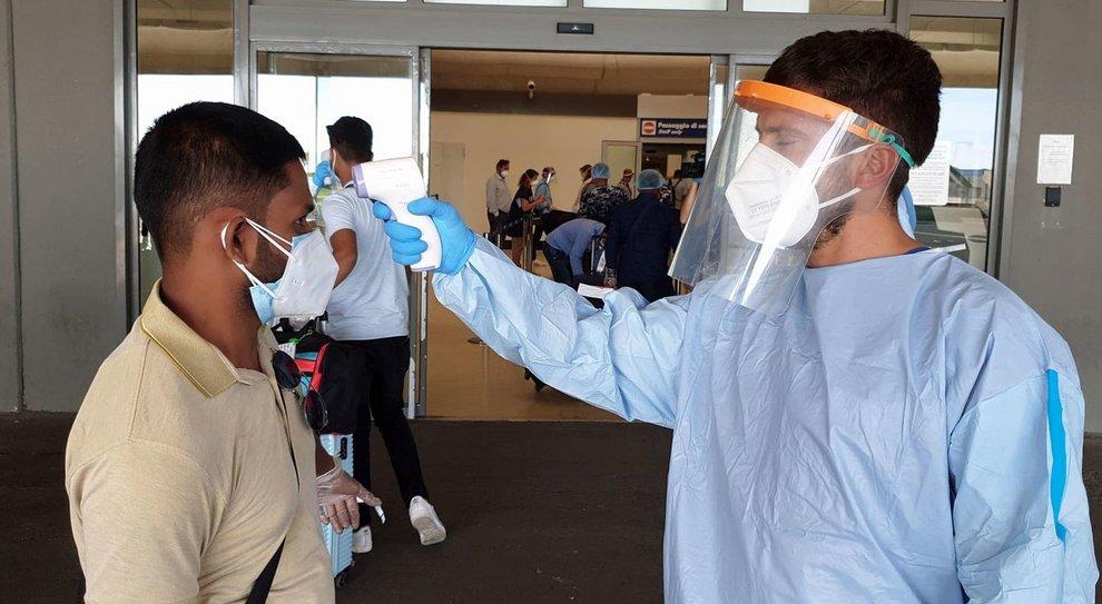 Coronavirus Roma, atterrato volo dal Bangladesh con 225 a bordo: tamponi e isolamento