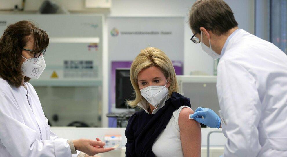 Vaccino Covid, sette infermiere licenziate in Sassonia perché hanno rifiutato il siero