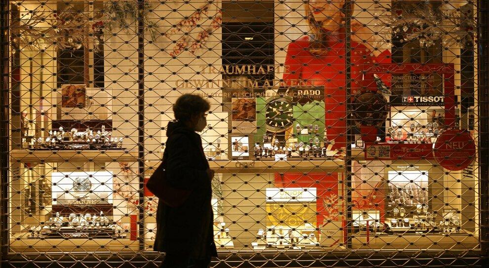 Italia zona rossa a Natale, la date di chiusura di bar e negozi: il calendario per lo shopping