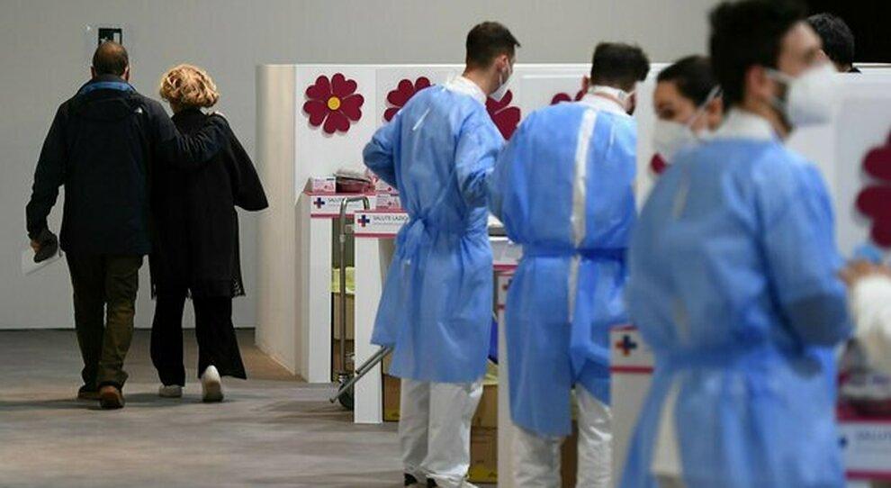 Vaccini Lazio, la lista dei centri Pfizer e AstraZeneca (con il nuovo hub di Cinecittà): come prenotare, le regole