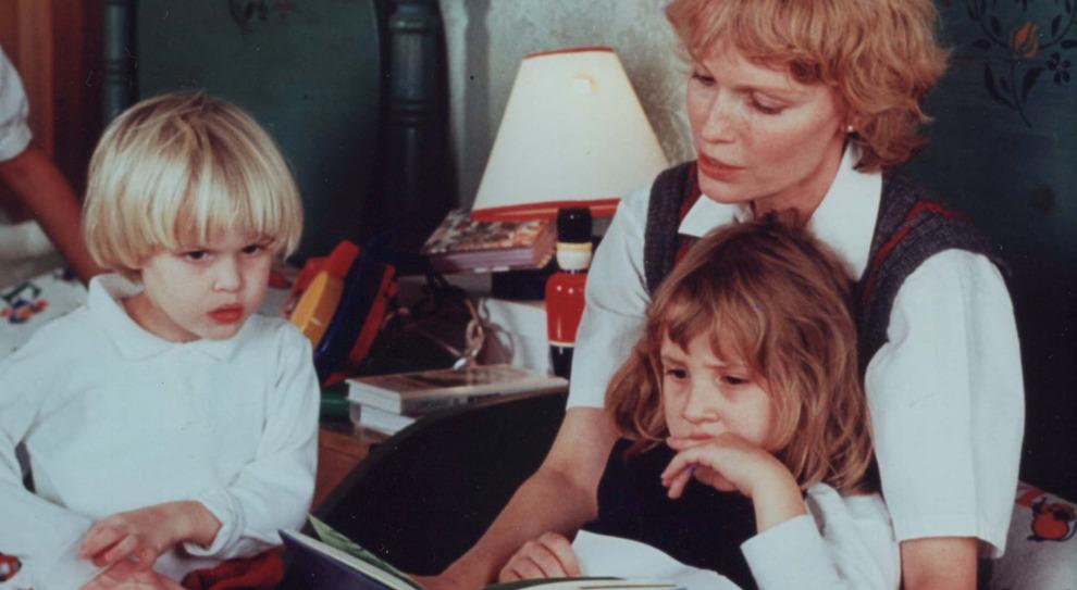 Mia Farrow in una foto che risale a quando Ronan e Dylan erano bambini