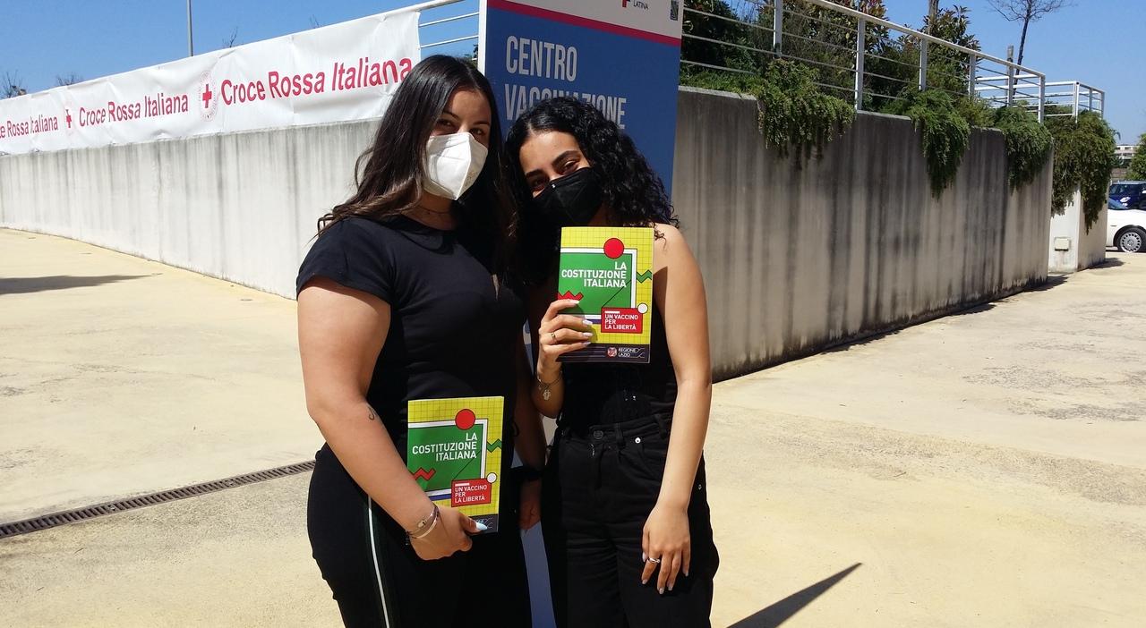 Erika Rieti e Francesca Di Meo, di 19 e 18 anni, quinto anno dell'Isiss Pacifici-De Magistris di Sezze, con la Costituzione dopo essersi vaccinate