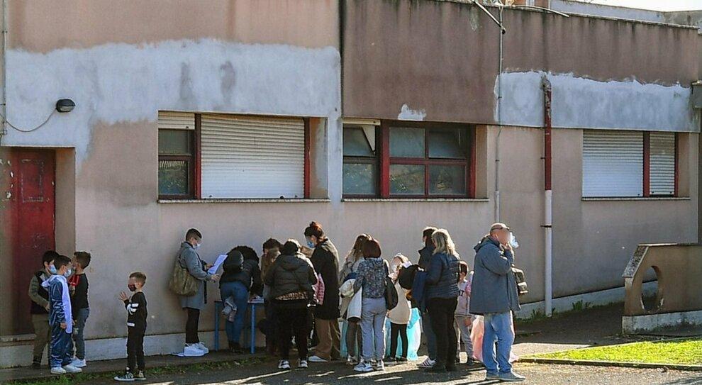 Covid a Roma, focolaio alla Chizzolini : 28 contagiati, via ai tamponi di massa a scuola