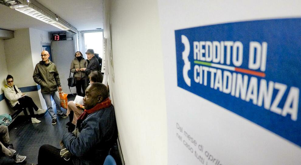 Reddito di cittadinanza, salta la stretta sui furbetti: niente scambio dati Inps-Giustizia
