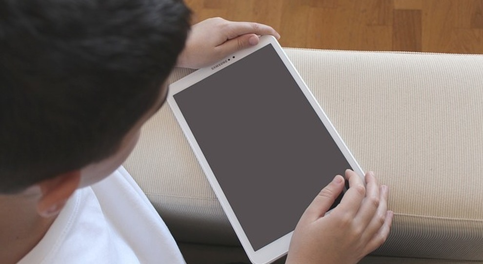 200 tablet donati ai bambini romani dagli Emirati arabi
