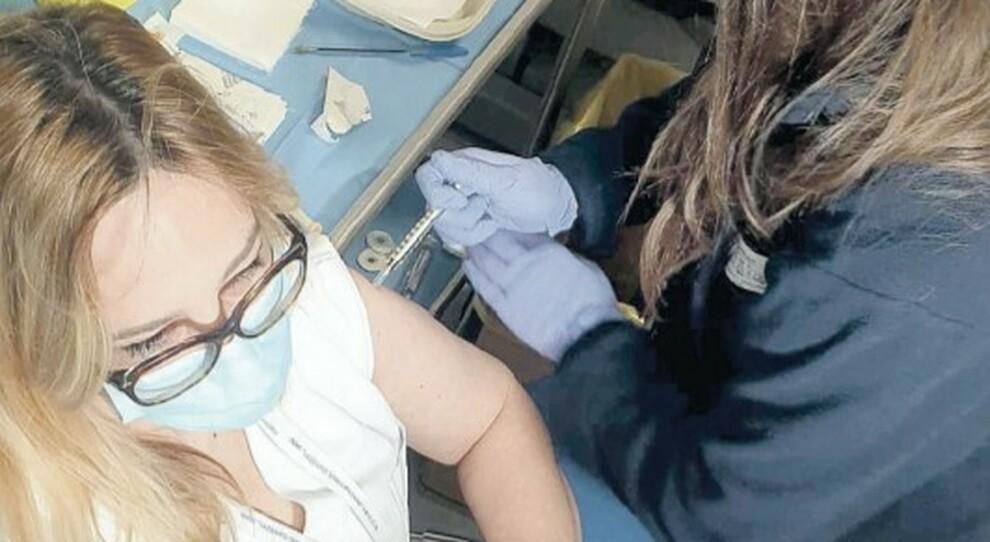 Vaccini, dosi ai medici non vaccinati: minacce dei sanitari no vax