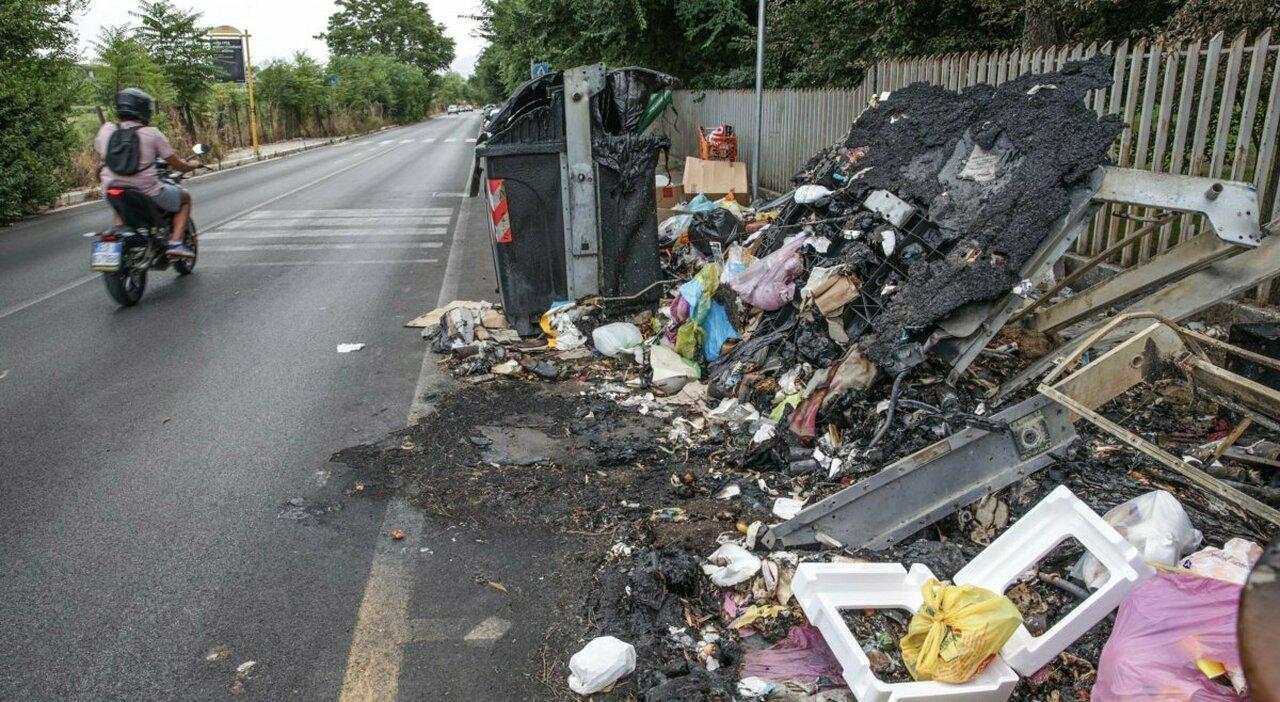 Le strade senza cassonetti dei rifiuti: «Mai sostituiti quelli bruciati»